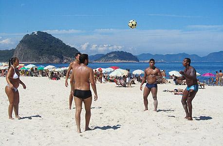 על החוף בקופקובנה. כולם אוהבים כדורגל, אך רבים מתחילים להתעורר מהאופוריה