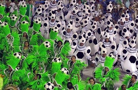 תהלוכת הכדורגל בריו. תלבושות, כדורגל, במות של מגרשי כדורגל, ואלילי כדורגל בתלבושות זהב