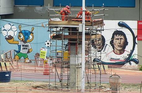 ציור של זיקו על הקיר מול המרקנה. ספק כדורגלן, ספק אל