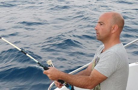 הכותב על היאכטה. אנחנו לא היחידים פה, עשרות מינים של בעלי חיים שוחים כל העת מים סוף אל הים התיכון בתוך זרם המים