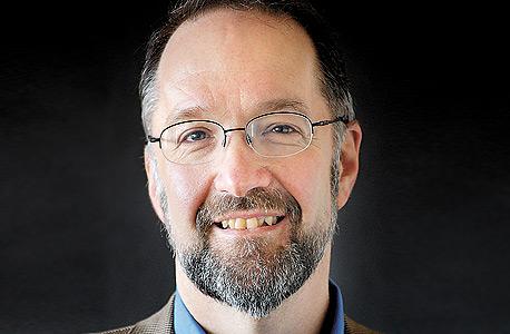 """דיוויד וייל, כלכלן מביה""""ס לניהול של אוניברסיטת בוסטון:  """"התהליך הזה מגיע גם למקצועות שדורשים כישורים מקצועיים גבוהים. בהוצאות לאור, עריכת הטקסט, ההגהה והעיצוב הפכו כולם לפעילויות חיצוניות"""""""