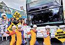 מפגינים חוסמים אוטובוס של גוגל, צילום: רויטרס