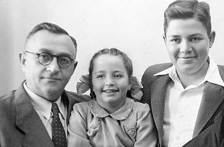אלשיך (בגיל 6) עם אחיה משה ואביה בנימין בבר המצווה של האח בביתם בתל אביב, 1951