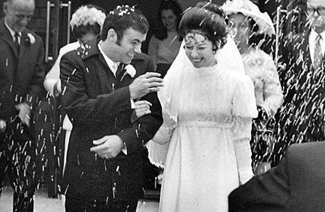 1971. בחתונה עם פיטר. השמלה בעבודת יד. אמא לימדה לתפור