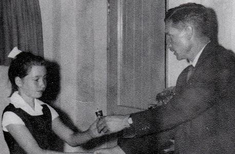 1961. מסיימת חטיבת ביניים בגיל 11, אחרי קפיצה של שתי כיתות