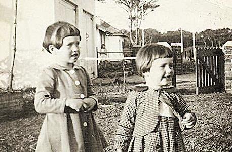 1953. בקייפטאון, עם האחות לאנה