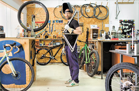 """ארי רוזנצוויג, בונה אופניים. """"התהליך דומה לזה של כוריאוגרף: יש לך רעיון או שרטוט, ואתה מתחיל להפוך אותו לממשי בלי שברור לך איך זה ייצא. יש כאן שילוב של אסתטיקה, גוף ויצירה, והתחושה מול אופניים שבנית מזכירה את התחושה ברגע העלייה לבמה. זה סיפוק שלא כל אדם זוכה לחוות"""""""