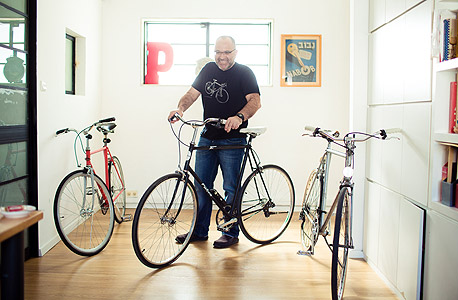 """ינק יונטף, מפעיל בלוג אופניים בינלאומי. """"אתה עובר ברחוב ומוצא אופניים מעץ לבוד. מתברר שהם עוצבו בידי מעצב יאכטות איטלקי. מיד אתה עושה להם בייקפורן. מה זה בייקפורן? מעין פפראצי אירוטי לאופניים, אתה פשוט מצלם אותם מכל כיוון. זה פטיש, אבל פטיש שגורם לך להרגיש נהדר"""""""