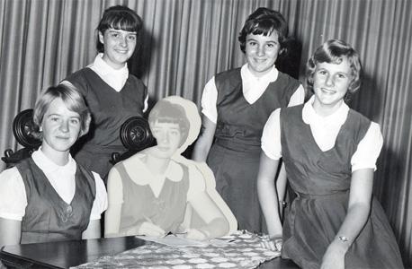 1965. באמצע, עם החברות מהחוג לדרמה יוונית. אחראית לתמיכה בתלמידים חדשים בתיכון, כפי שמעידה הסיכה על החולצה. אמא עדיין תופרת את הבגדים