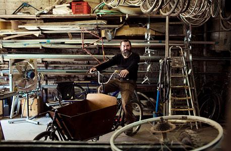 """מארק דונדה, ממציא אופניים מיוחדים ומוכר עגלות לאופניים . """"העגלה תלויה בסוג הגלגלים שאתה שם. בשביל להעביר מכונות כביסה או ספות או גלשנים אתה שם גלגלים כבדים של אופנועים. בדרום תל אביב יש אנשים שמובילים דירה על אופניים. זה לגמרי אפשרי, פשוט אנשים לא מודעים ליכולות האלה"""""""