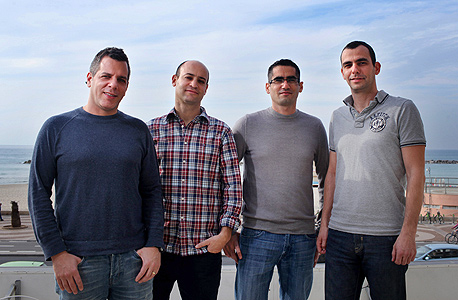 עודד פונטש (מימין), רן בן יאיר, גלעד אמיתי ואודי גרף בחוף הים. מנוסים באקזיטים, צילום: עמית שעל