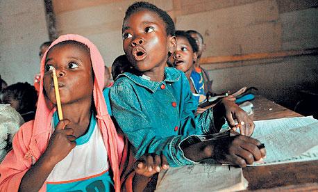 מה צריכה תלמידה באפריקה? מחשב קטן, שייכנס על השולחן. שאפשר לצייר בו ולפתור תרגילים, צילום: בלומברג