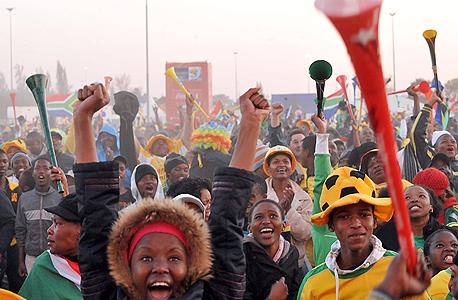 צופים במשחקי המונדיאל הקודם בדרום אפריקה ב־2010. שני מכרזים למכירת הזכויות של המונדיאל בברזיל נכשלו