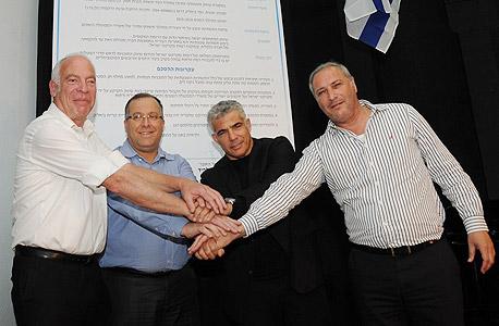 חתימה הסכם גג מימין בנצי ליברמן יאיר לפיד אלי דוקורסקי ראש עיריית קרית ביאליק אורי אריאל, צילום: נחום סגל
