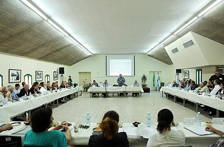 """הישיבה הראשונה של ועדת אלאלוף, מקווה ישראל, נובמבר 2013. """"שאף אחד לא ישלה את עצמו - הורדת העוני עולה כסף, הרבה כסף"""""""