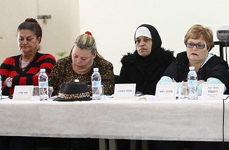אמאל בסטוני (שנייה מימין) ונשים נוספות שהעידו בוועדה על החיים בעוני. המציאות נכנסה לחדר