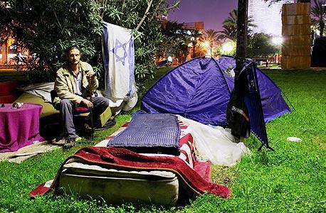 """מאהל מחוסרי הדיור במתחם רכבת מרכז בתל אביב. ראש הממשלה """"מחויב"""" לוועדה, אבל היועץ שלו השמיע קולות אחרים"""