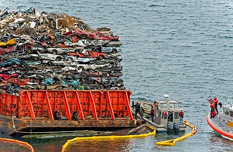 """אונייה עמוסה בגרוטאות מכוניות יוצאת מהחוף המערבי של ארה""""ב לאסיה. """"כשסין תפסיק לקנות את הפסולת שלנו היא תזרום למטמנות. זה קרה במשבר של 2008"""""""