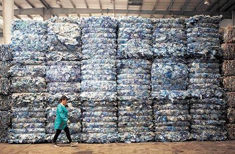 """בקבוקים ב־INCOM, מפעל המיחזור הגדול באסיה. """"עבור הממחזרים, בקבוקי אבקת כביסה הם יקרים לא פחות מהנפט שממנו יוצרו מלכתחילה"""""""