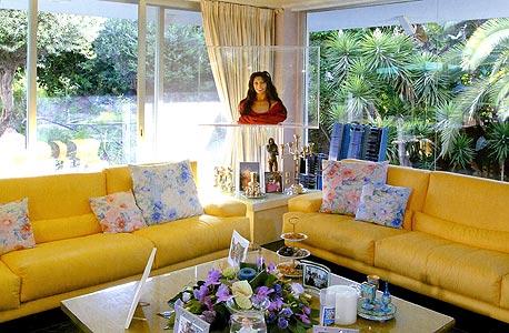 ההנצחה של אנדה בבית בהרצליה: פסל השעווה בסלון, פוסטר המורכב מאלפי תמונותיה. גם לאחר מכירת הווילה ב־ 36 מיליון שקל נותרו לזימנד חובות רבים