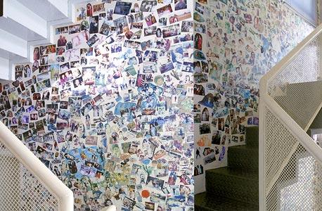 """קיר המכוסה בתמונות המשפחה בווילה של זימנד. """"הרבה מעבר לאלמן המצוי"""""""