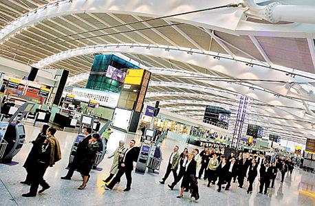 שדה התעופה בלונדון. אזרח אמריקאי שהחליף טיסות במדינה מצא את מותו בניגריה לאחר שנדבק במחלה, צילום: אי פי איי