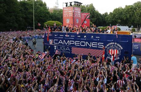 """אוהדי אתלטיקו מדריד חוגגים אליפות. """"סוג של נס"""", צילום: רויטרס"""
