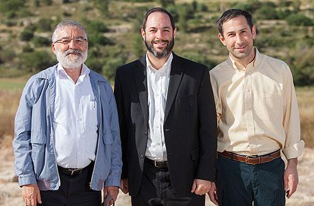 """יוזם הקהילה יהודה פלודה (מימין), הרב דיוויד גוטליב ומנכ""""ל נתיב פיתוח שמחה גרידינגר. """"מכרנו כבר יותר מ־50% מהיחידות"""""""