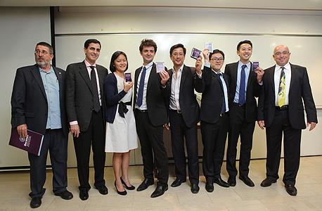 """מימין: אודי אהרוני, מנכ""""ל להב לפיתוח מנהלים באוניברסיטת ת""""א, הקבוצה המנצחת מהונג קונג, חיים הורביץ, יו""""ר צוות השופטים, ופרופ' אשר טישלר, דיקן הפקולטה לניהול"""