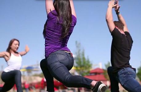 חברה בנבאדה השיקה ג'ינס לרגליים שריריות