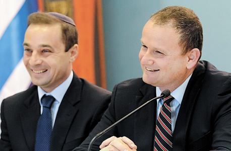 """מנכ""""ל משרד ראש הממשלה הראל לוקר (מימין) וראש הרשות לאיסור הלבנת הון ומימון טרור פול לנדס , צילום: חיים צח"""