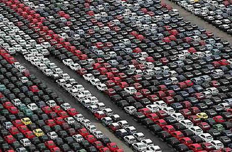 נמל ולנסיה, ספרד. המכוניות לא ייצאו מהנמל - כי אין להן דרישה