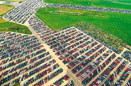 מכוניות בלי סוף. הנקודות הזעירות שאתם רואים בתמונה כולן מכוניות חדשות ונטושות