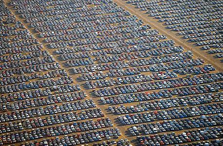 אלפי מכוניות מאוחסנות בחניון ענק תחת השמש הקופחת של ספרד