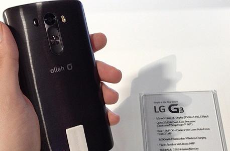 """גב המכשיר עשוי פלסטיק ב""""גימור מתכת"""" - אבל עדיין פלסטיק, בדומה לגלקסי S5, צילום: עומר כביר"""