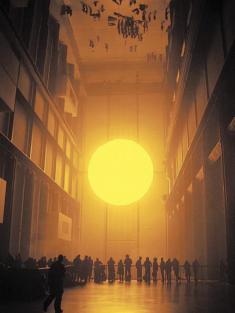 """""""חדר מזג האוויר"""" שיצר בטייט מודרן בלונדון, עם שמש, ערפל ומראות ענק. האקלים הוא חומר הגלם המרכזי של אליאסון"""