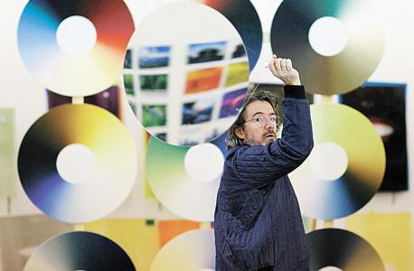אליאסון בסטודיו שלו בברלין. מעסיק כ־90 עובדים מ־14 מדינות