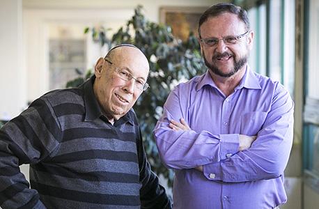 """מימין: ג'ו רוזן, מנכ""""ל האגודה הישראל להלוואות ללא ריבית ואליעזר יפה מייסד האגודה"""