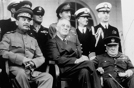 """סטלין עם רוזוולט וצ'רצ'יל בוועידת טהראן ב־1943. """"אני מעריך את היוזמה, האומץ והנחישות של רוזוולט"""""""