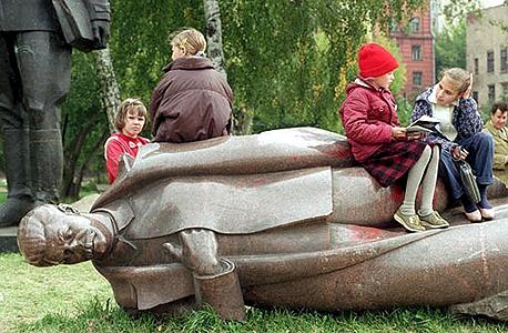 """תלמידים נחים על פסלו המופל של סטלין בפארק במוסקבה ב־1991. """"לאורך ההיסטוריה שום מעמד לא פינה את מקומו מרצונו למעמד אחר"""""""