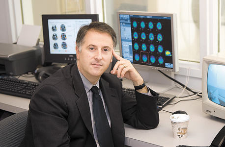 """ד""""ר ניקולס שיף. השתיל קוצב ישירות לתלמוס של מטופל חסר הכרה והוא החל לדבר, להגיב, ללעוס ולשתות, צילום: Weill Cornell Medical College"""