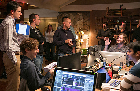 """ג'אדג' (במרכז) על סט הצילומים של """"עמק הסיליקון"""". """"צעירים עשירים להפליא שלא יודעים ליהנות"""""""