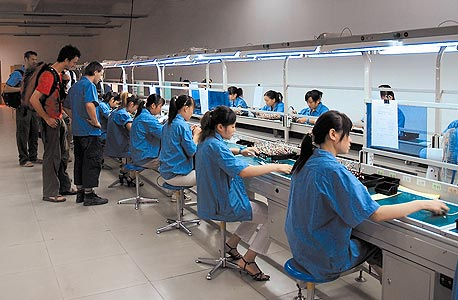 פס ייצור בסין. יזע, דמעות, ודם. המחשה