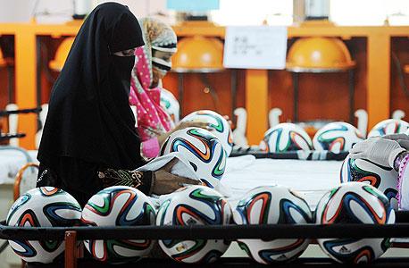 עובדות פקיסטן כדורגל מונדיאל אדידס, צילום: איי אף פי