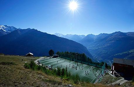 בגובה של 2,000 מטר מגרש הכדורגל אוטמאר היצפלד באלפים השוויצריים מחזיק בתואר המגרש הגבוה ביותר באירופה