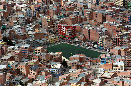 מגרש כדורגל באמצע העיר לה פז בבוליביה, צילום: בלומברג