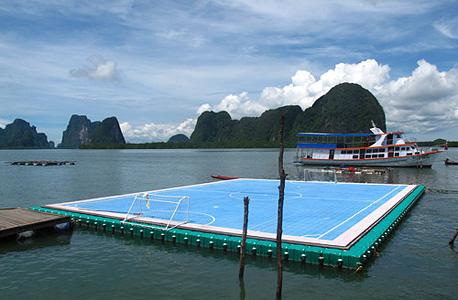 מגרש כדורגל צף באי קו פאני בדרום תאילנד