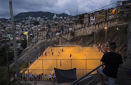 מגרש כדורגל שכונתי בפאבלה סאו קרלוס בריו דה ז