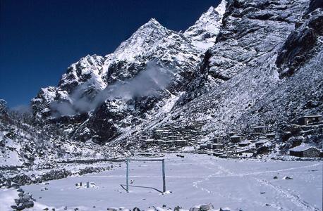 גם בשלג הכבד לא מוותרים על הכדורגל. המגרש למרגלות פסגת הר רמדונג בנפאל