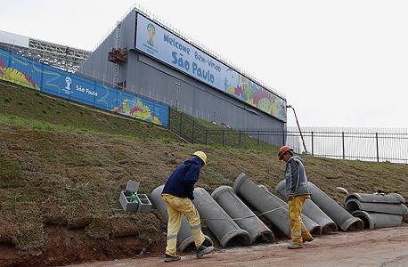 עבודות באצטדיון סאו פאולו. דווקא האצטדיונים שנבנו עם כסף פרטי לא הושלמו